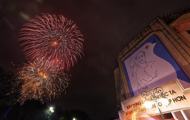 Fireworks across Vietnam kick off Year of the Rat hinh anh 2